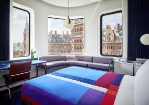 Ein Bett oder Betten in einem Zimmer der Unterkunft The Standard London