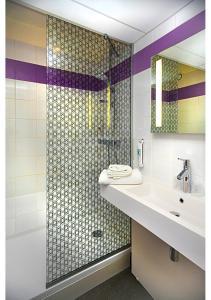 A bathroom at ibis Styles Strasbourg Stade de la Meinau