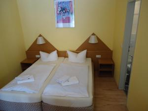 A bed or beds in a room at Hotel Ottersleben
