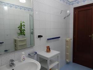A bathroom at B&B DODO