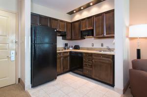 A kitchen or kitchenette at Hawthorn Suites by Wyndham Lake Buena Vista, a staySky Hotel & Resort