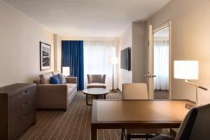 Area soggiorno di Embassy Suites Boston at Logan Airport