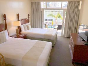 A bed or beds in a room at Pagoda Waikiki