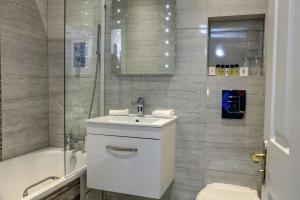A bathroom at Stonecross Manor Hotel, BW Signature Collection