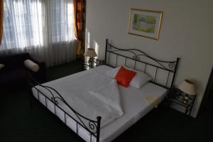 A bed or beds in a room at Hotel im Rhyhof
