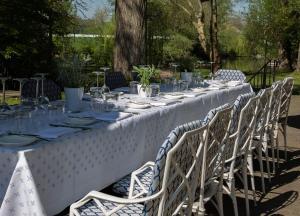 Ein Restaurant oder anderes Speiselokal in der Unterkunft Romantik Hotel Hof zur Linde