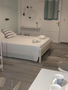 Кровать или кровати в номере Alex Studios Tinos