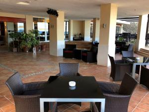 Ein Restaurant oder anderes Speiselokal in der Unterkunft Europe Playa Marina