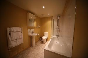 A bathroom at Black Buoy Inn