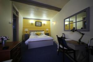 A bed or beds in a room at Black Buoy Inn