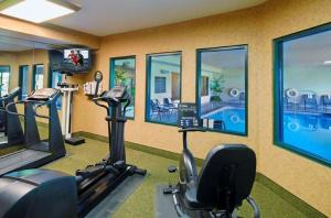 The fitness center and/or fitness facilities at Hampton Inn Kansas City The Legends
