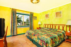 Кровать или кровати в номере Doctors Cave Beach Hotel