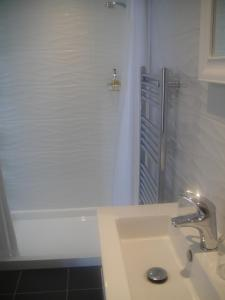 A bathroom at Undercliff Guest House
