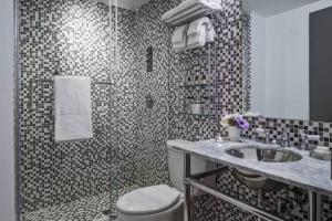 A bathroom at Hotel Hugo