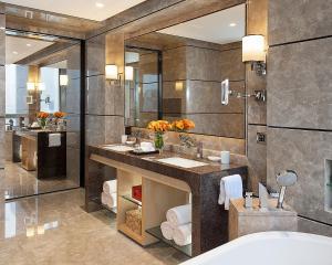 A bathroom at Four Seasons Hotel Shenzhen