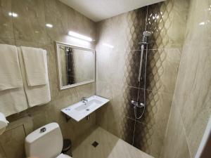 Ein Badezimmer in der Unterkunft Hotel Galant