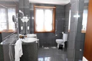 Uma casa de banho em Hotel Dona Sofia
