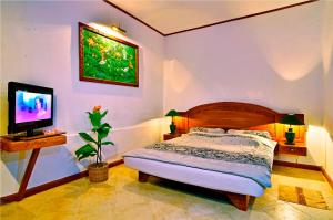 A bed or beds in a room at Pasific Beach Cottages