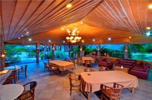 A restaurant or other place to eat at Pasific Beach Cottages