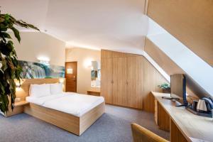 Кровать или кровати в номере  Aura Aquarelle Hotel