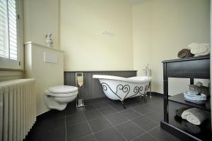 A bathroom at B&B Expo 13