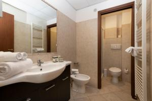 A bathroom at ApartHotel Anghel