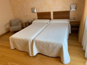 Cama o camas de una habitación en Hotel Los Nogales