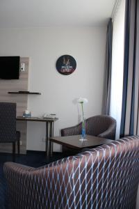 A seating area at Hotel Am Freischütz