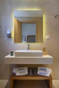 A bathroom at Minaret Suites and Apartments
