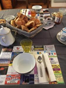 Breakfast options available to guests at les mésanges