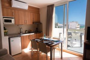 Een keuken of kitchenette bij Aparthotel Ona Palamós