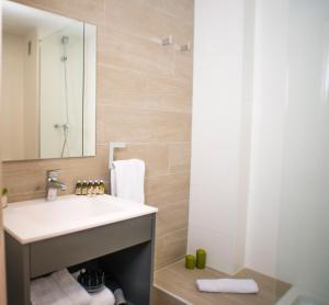 A bathroom at Ona Suites Salou