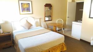 A bed or beds in a room at Seabreeze Motel