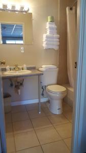 A bathroom at Seabreeze Motel