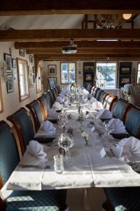 A restaurant or other place to eat at Bekkjarvik Gjestgiveri
