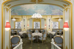 A restaurant or other place to eat at Hôtel Plaza Athénée