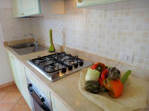 A kitchen or kitchenette at Sa Fiorida Appartamenti