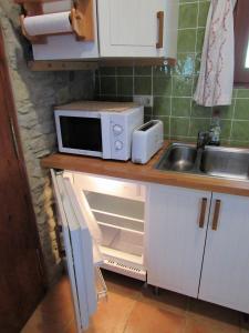 Una cocina o zona de cocina en Casa de Piedra frente al Congost de Mont-Rebei