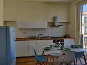 A kitchen or kitchenette at Eucaris Home