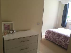 A bed or beds in a room at Superb Peaceful 1 bed apartment in St George.