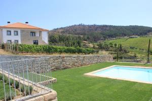 Uma vista da piscina em Quinta de Fiães ou nas proximidades