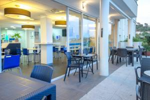 A restaurant or other place to eat at ibis budget Marseille L'Estaque