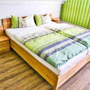 A bed or beds in a room at Gästehäuschen-Hösbach