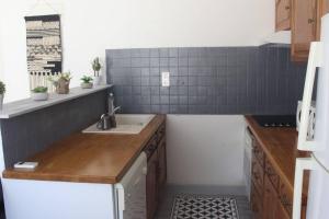 A kitchen or kitchenette at Agréable maison 4-5personnes, 75m2, centre village, jardin et wifi