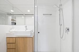 A bathroom at Kirra Palms Holiday Apartments