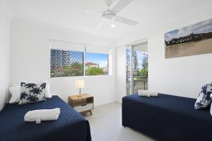 A bed or beds in a room at Kirra Palms Holiday Apartments