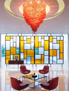 The lobby or reception area at Courtyard by Marriott Kochi Airport