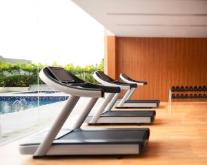 The fitness centre and/or fitness facilities at Courtyard by Marriott Kochi Airport
