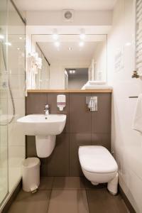 A bathroom at Hotel Czarna Róża