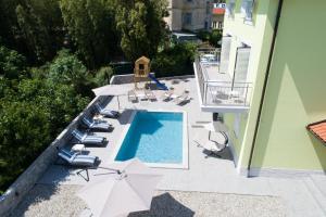 Widok na basen w obiekcie Villa Lorenzo lub jego pobliżu